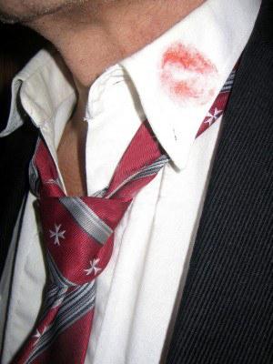 tâche sur col de chemise par un bisou