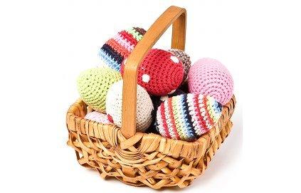panier avec des oeufs en tricot