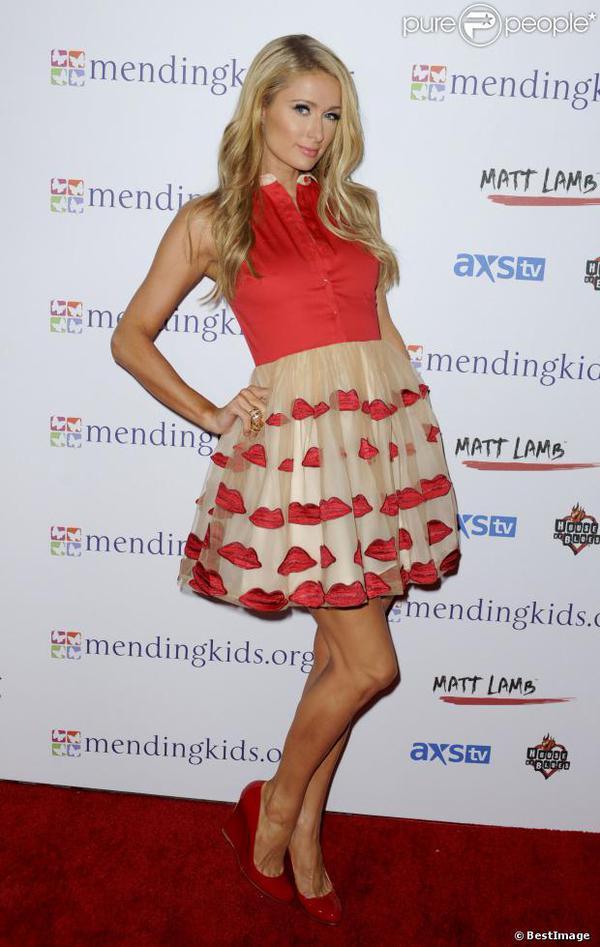 Paris Hilton en jupe bisou