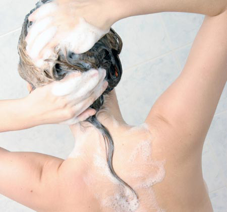 fille shampooing