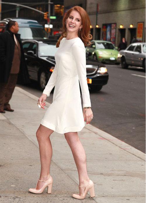 Comme Lana del Rey et sa magnifique robe blanche, vous pouvez tout à fait  porter votre paire de chaussure avec une robe classique. Avec ou sans  collant, ... c80ec6381c6d