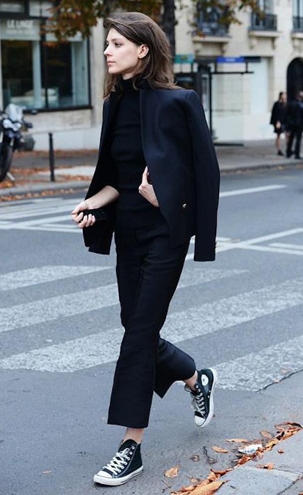 sur col de MAIS à plus on tenue joue casse le avec classiques cette noir sur une vêtue ton des pinces parfait toute le avec combo pantalon On roulé ton ZIT0wqxH