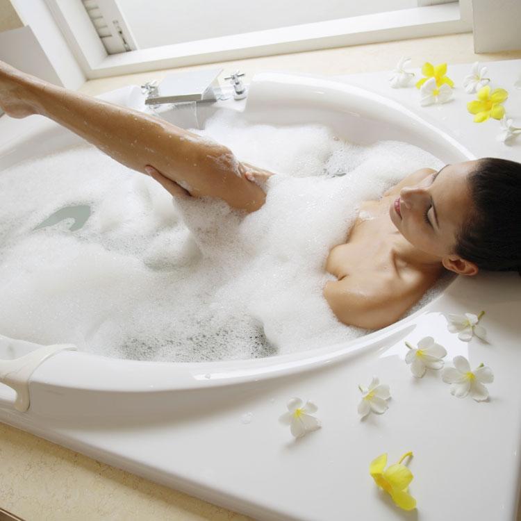 Сладенькая брюнетка моется в ванне одна  392527