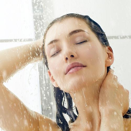 Femme qui se douche