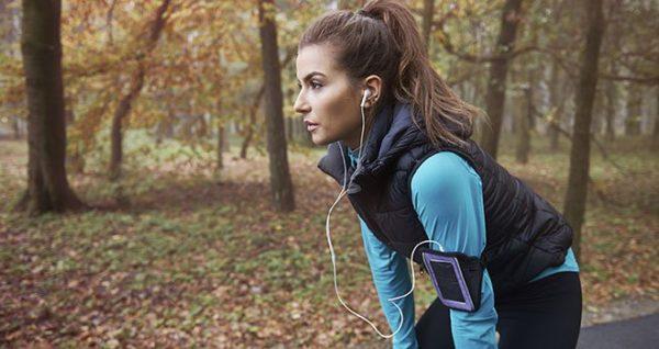 femme running musique ecouteurs large