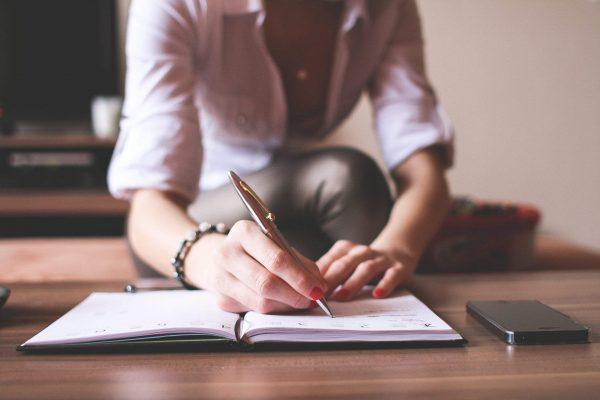 ecrire-stylo-fille-carnet