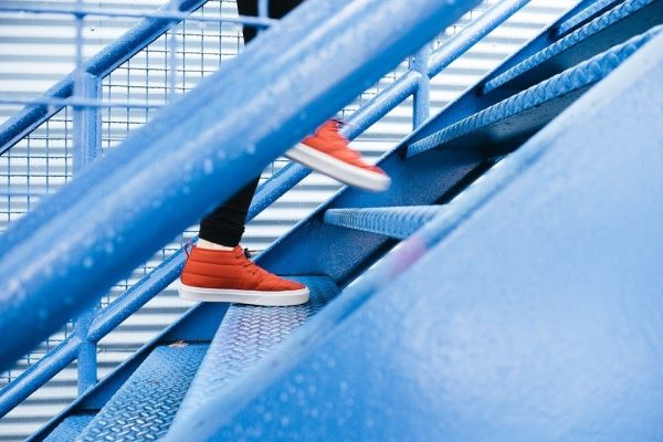 geste-healthy-escalier