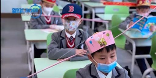 enfants chinois avec couvre chefs de distance